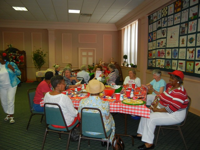 Auxiliary eating lunch